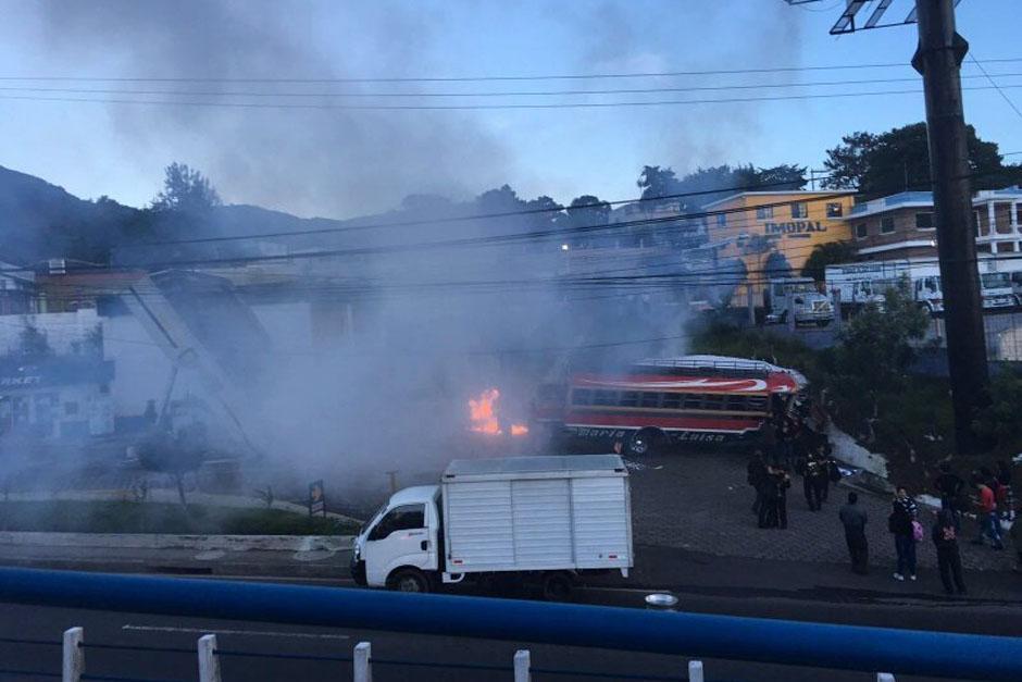 Un bus perdió el control y chocó contra una gasolinera en paso a desnivel en San Cristobal. (Foto: Tránsito PNC)