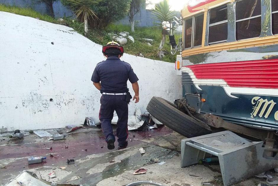 Se desconocen las causas que provocaron que el bus se perdiera el control. (Foto: Bomberos Departamentales)