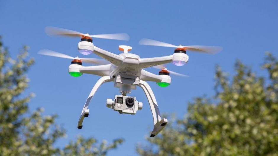El riesgo de los drones es que son aeronaves no tripuladas que corren el riesgo de caerse en cualquier parte si pierden señal.  (Foto: gazettereview.com)