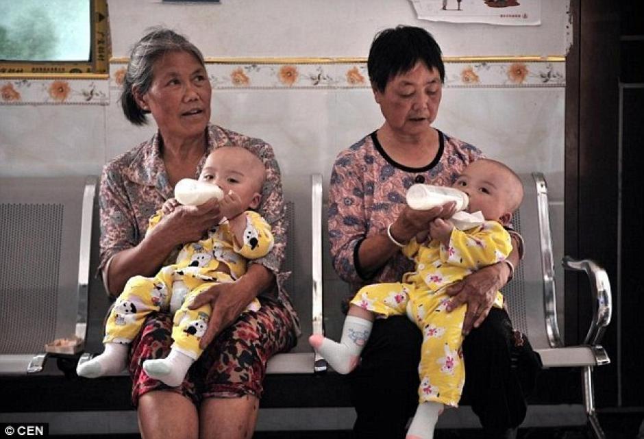 Los gemelos son un fenómeno. Incluso los pollos del pueblo ponen huevos con doble yema. (Foto: DailyMail)