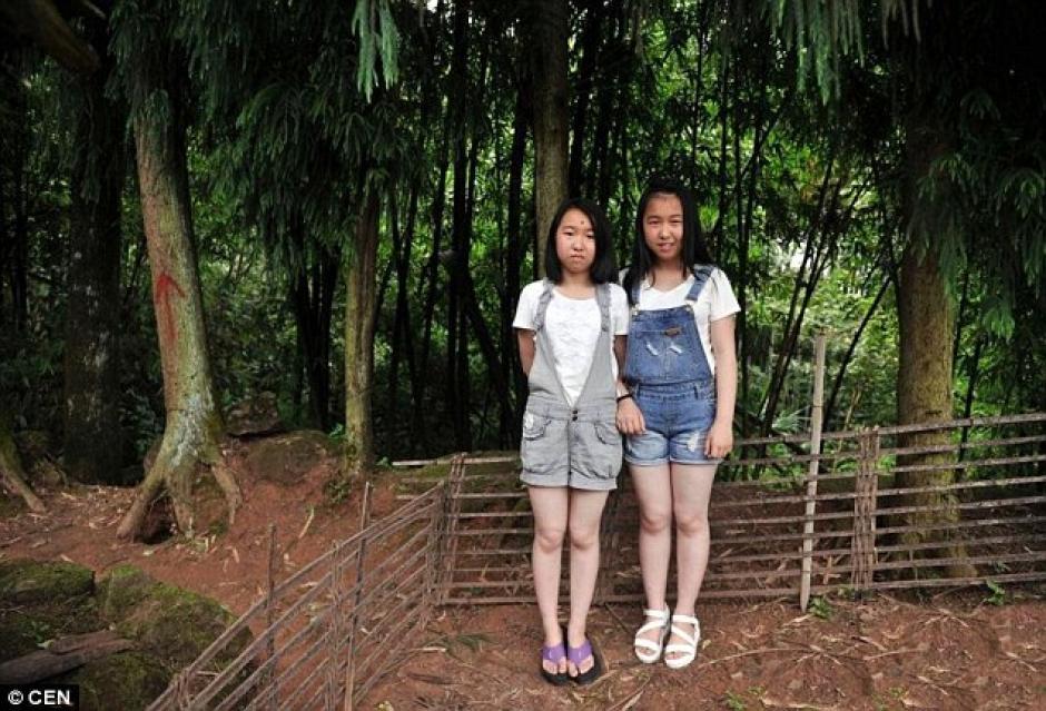 Dos gemelas se encuentran en lo alto de las montañas en Chongqing. (Foto: DailyMail)