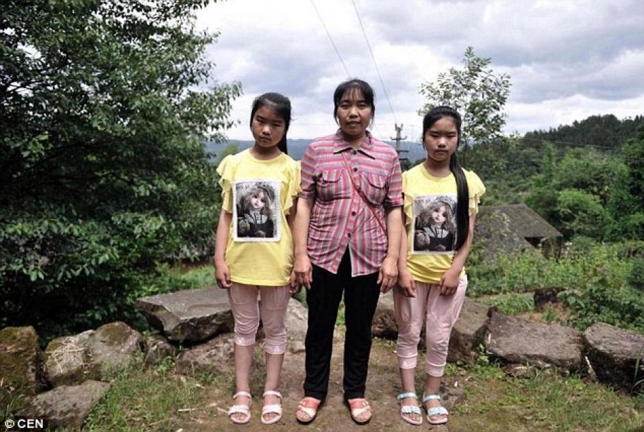 Dos hermanas junto a su madre en el pueblo de Qingyuan. (Foto: DailyMail)