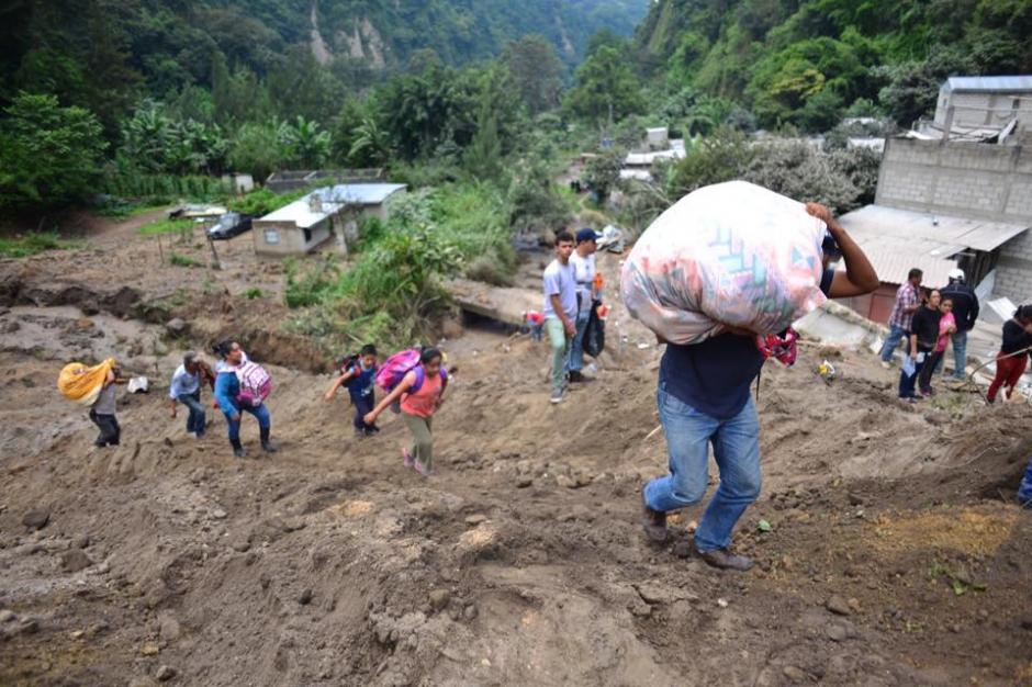 Los sobrevivientes se retiran de la zona del desastre para evitar que la tragedia sea mayor. (Foto: Jesús Alfonso/Soy502)