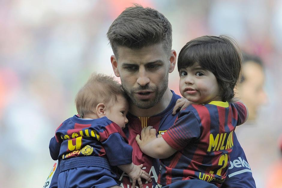 Gerard Piqué junto a sus dos hijos, producto de su relación con la cantante colombiana Shakira