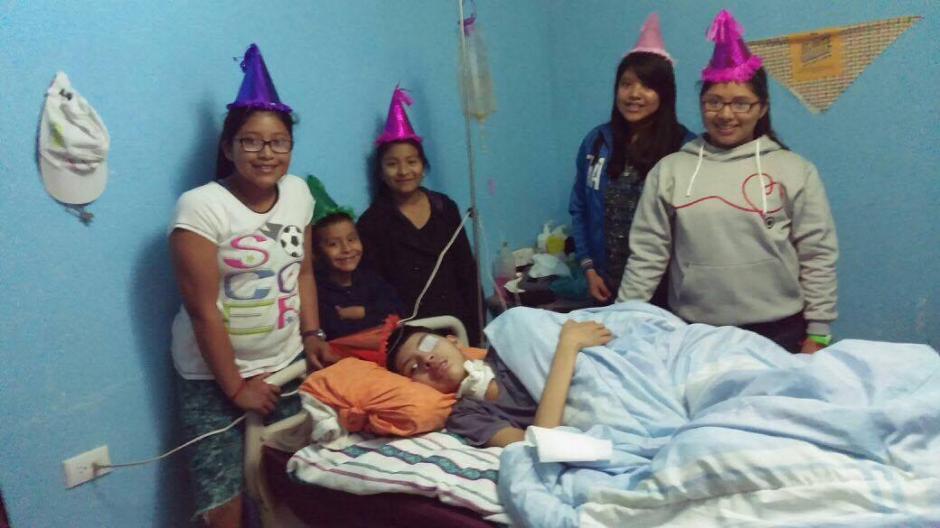 Luego de un grave accidente, recibe atenciones de su familia 24 horas al día. (Foto: René Calán)
