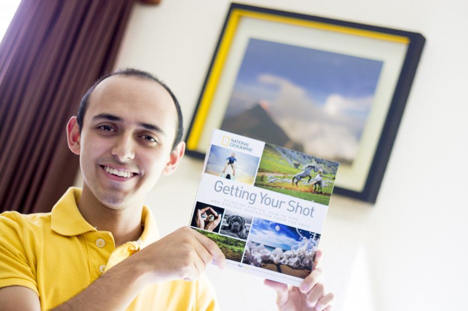 Fabriccio recibió en su casa el libro con su foto el pasado 2 de julio. (Foto: Fabriccio Díaz)