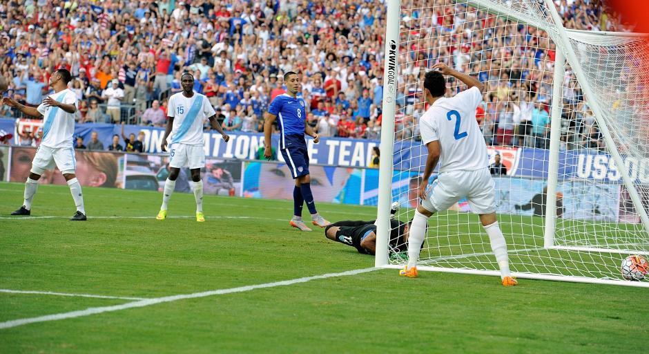 Castrillo se lamenta luego que su cabezazo terminara siendo el 1-0 a favor de Estados Unidos ante Guatemala