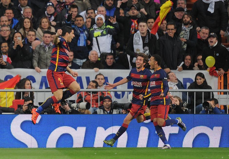 Eufórico festejo de los jugadores del FC Barcelona que golearon al Real Madrid en el Bernabéu. (Foto: EFE)