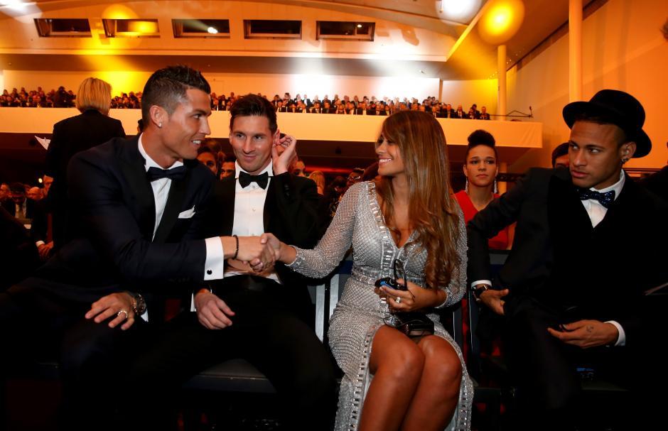 Ni Cristiano Ronaldo pudo dejar pasar la oportunidad para saludar a la novia de Messi. (Foto: Getty)