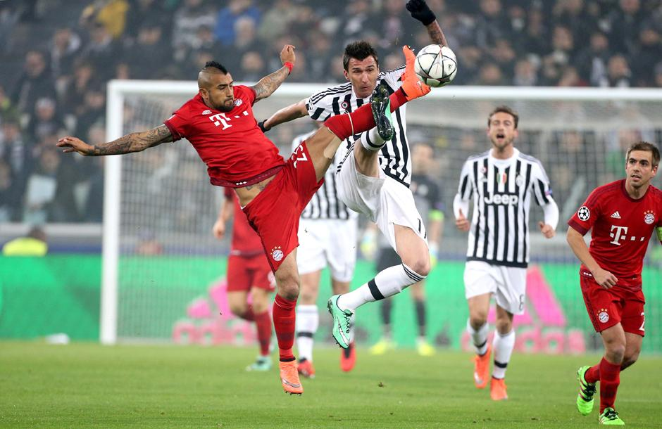 Arturo Vidal en plena disputa del balón. (Foto: Getty)