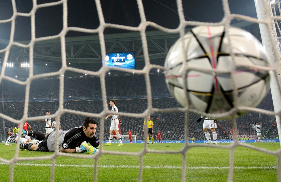 El gol del Bayern desde atrás del arco de Buffon. (Foto: Getty)