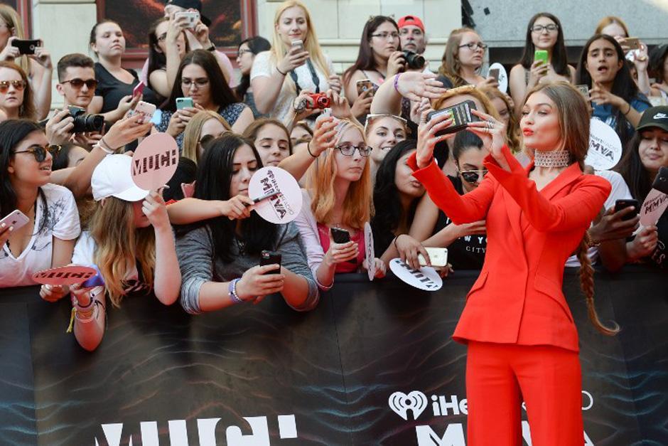 Hasta seis vestidos lució la modelo Gigi Hadid. (Foto: AFP)