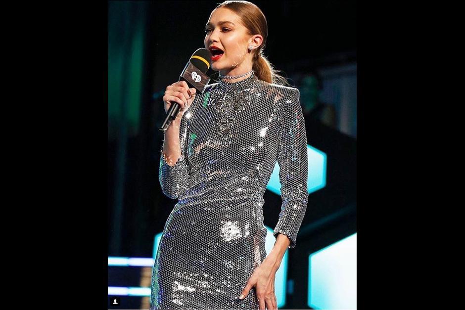 Para rematar la noche, la modelo se decantó por un minivestido plateado. (Foto: AFP)