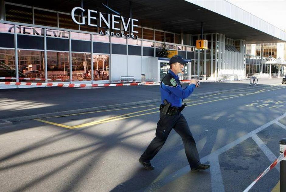 Una mujer realizó una llamada para alertar de una bomba falsa en el aeropuerto de Ginebra, esto  para impedir que la amante de su marido se fuera de vacaciones. (Foto: AFP)