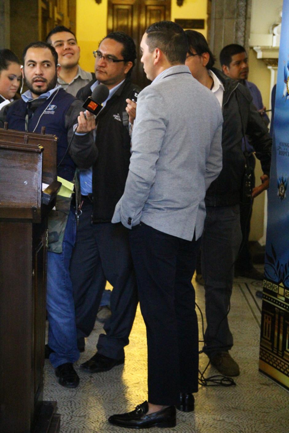 """Al terminar la conferencia de prensa, el """"dipukid"""" conversó con los medios sobre su peculiar vestimenta. (Foto: Soy502)"""