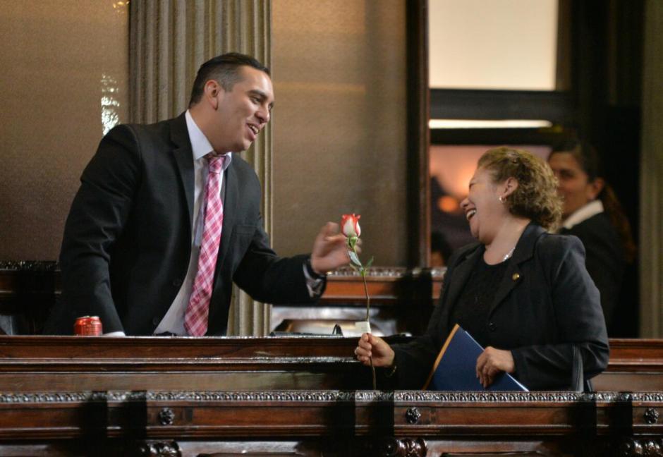 Las diputadas que llegaron a la sesión recibieron rosas. (Foto: Wilder López/Soy502)