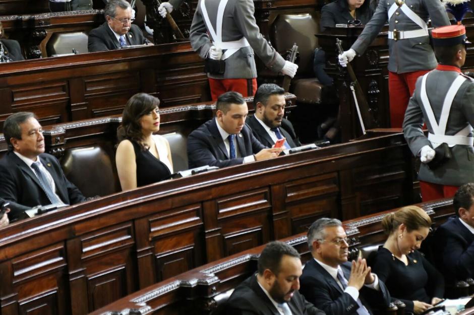 Juan Manuel Giordano y Javier Hernández revisaban su teléfono mientras la Presidenta hablaba. (Foto: Alejandro Balán/Soy502)