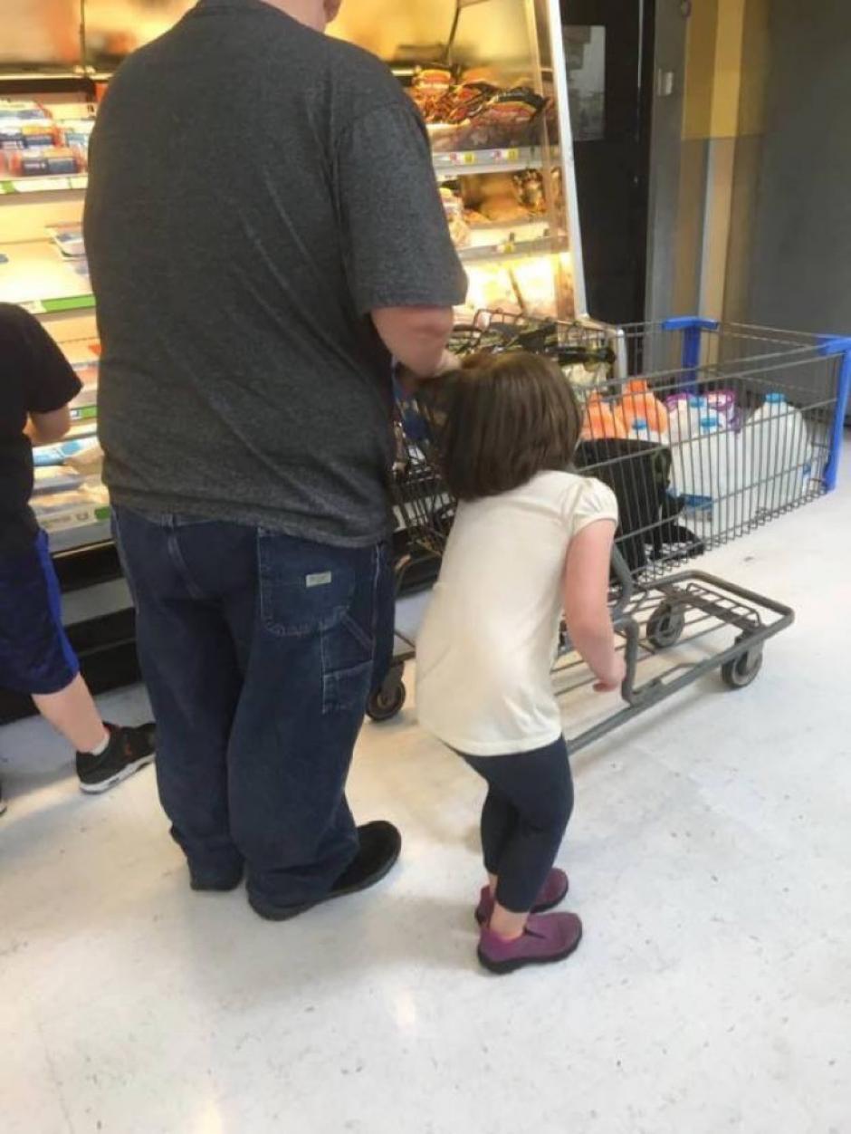 La niña lloraba suplicando a su padre que se detuviera. (Foto: Facebook /Erika Burch)