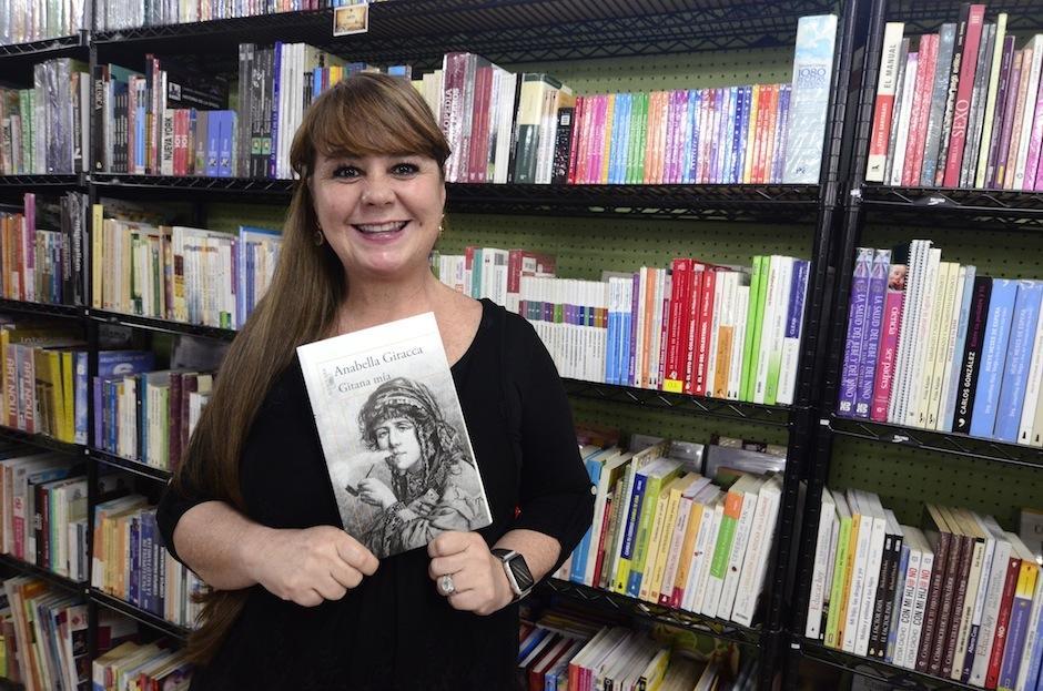 """""""Gitana Mía"""" es la nueva novela de la escritora guatemalteca Anabella Giracca. (Foto: Selene Mejía/Soy502)"""