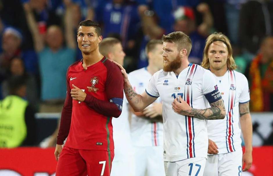 Aron Gunnarsson le pide la camiseta a Cristiano Ronaldo. (Foto: givemesport.com)