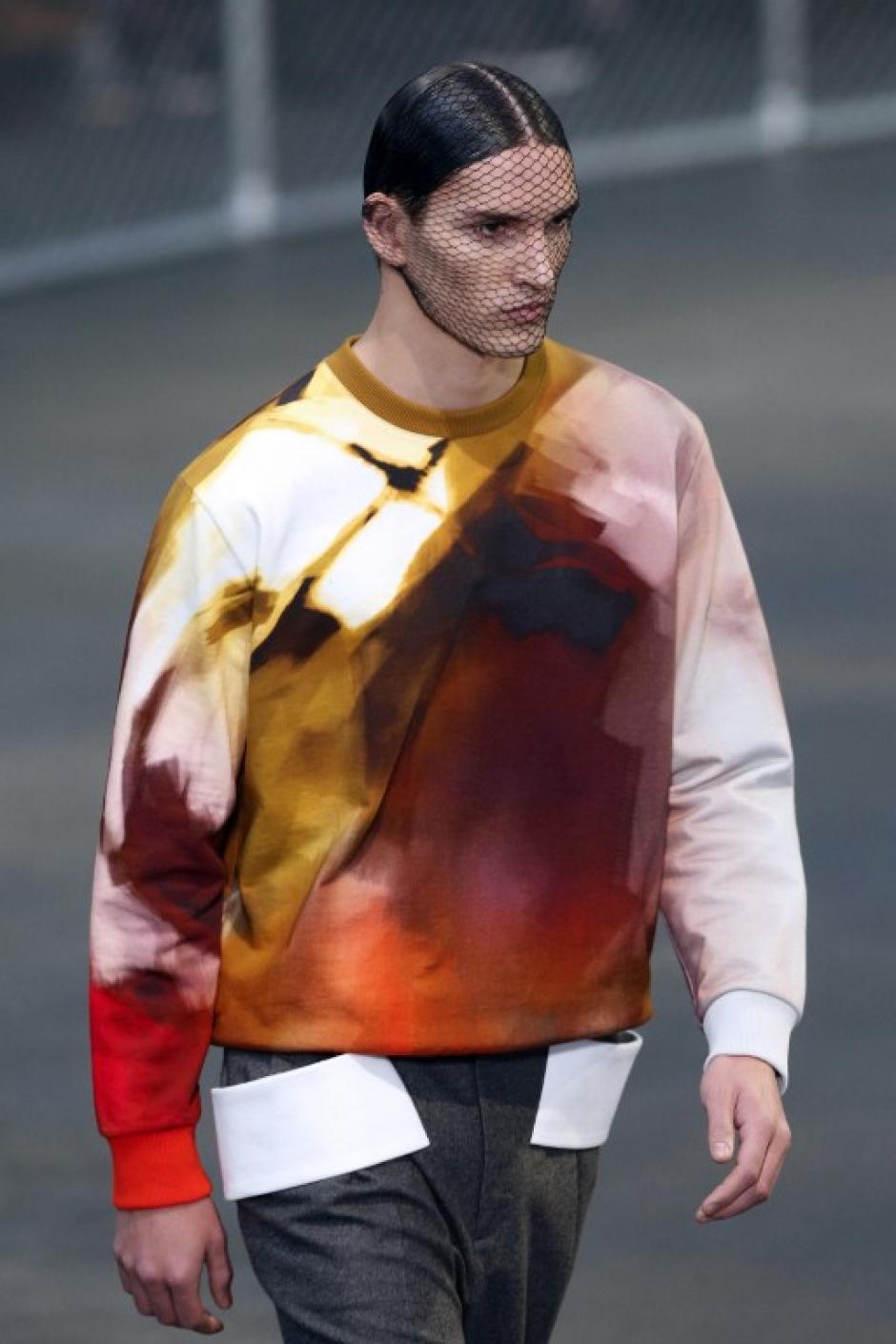 Los modelos de Givenchy lucieron redes en la cara durante la pasarela.