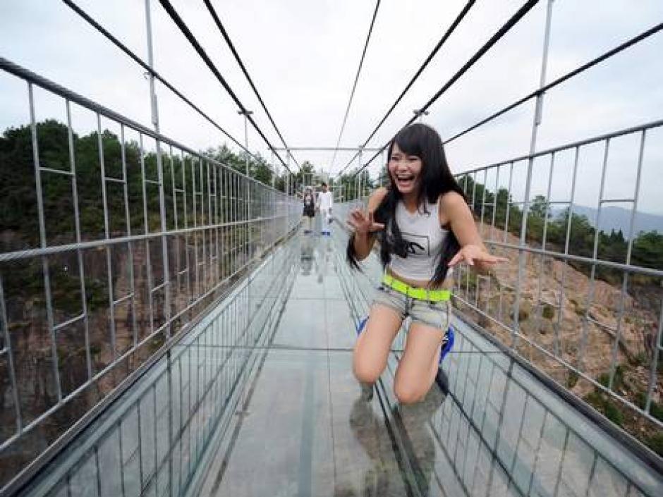 Esta turista se detiene a la mitad del trayecto asustada por la nueva experiencia.(Foto: China Daily)