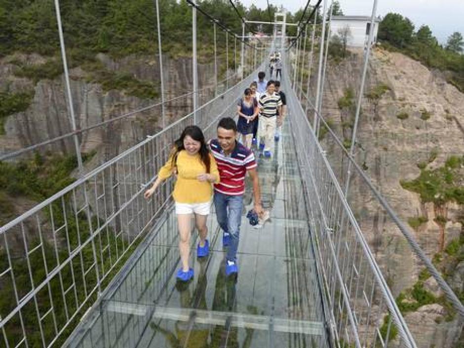 Las personas deben utilizar sandalias especiales para cruzar el puente.(Foto: China Daily)