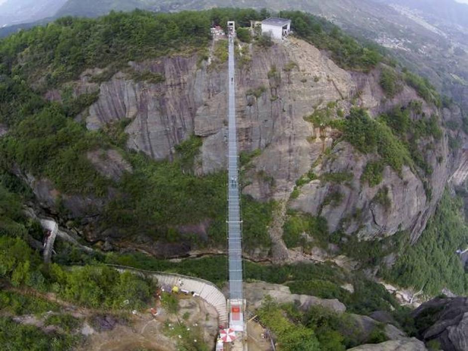300 metros es la distancia que separan a las dos montañas en la provincia de Hunan, China.(Foto: China Daily)