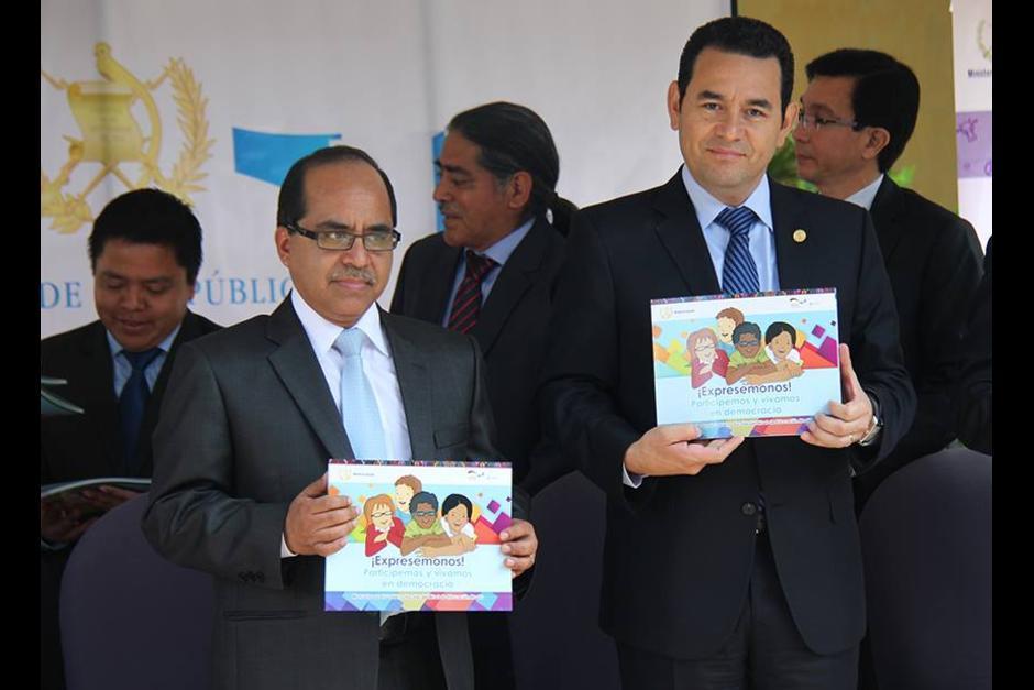 El presidente Jimmy Morales junto al Ministro de Educación, Oscar López Rivas. (Foto: Mineduc)