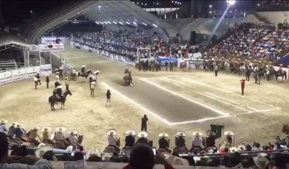 Velasco jinetea su caballo que cabalga a toda velocidad. (Imagen: captura de pantalla)