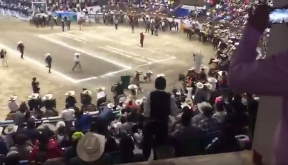Velasco cayó bajo el caballo pero se levantó rápidamente para saludar al público. (Imagen: captura de pantalla)