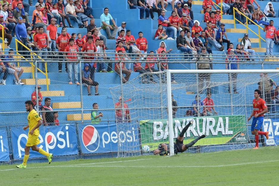 Edi Guerra comienza a celebrar mientras la pelota está en el fondo del arco de Municipal. (Foto: Sergio Muñoz/Nuestro Diario)