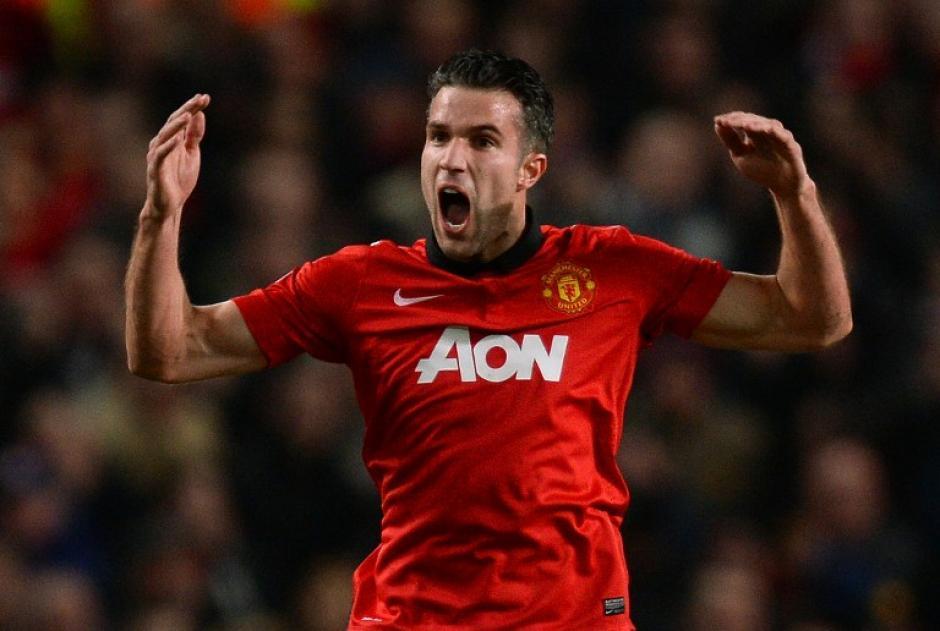 Van Persie anotó de penal el primer gol del encuentro al minuto 24