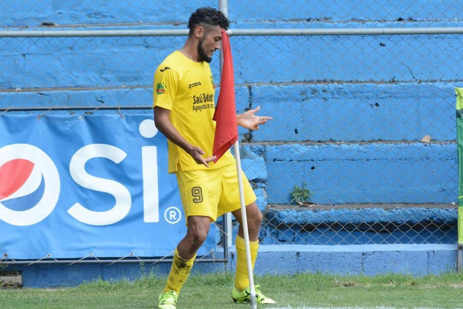 Edi Guerra anotó un doblete en el estadio Manuel Felipe Carrera ante Municipal. (Foto: Salvador Revolorio/Nuestro Diario)