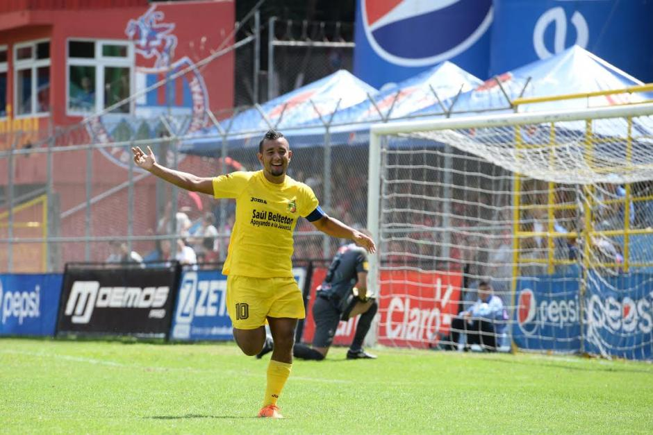 Víctor Solalinde de Guastatoya celebra el 2-0 anotado a Municipal en El Trébol.