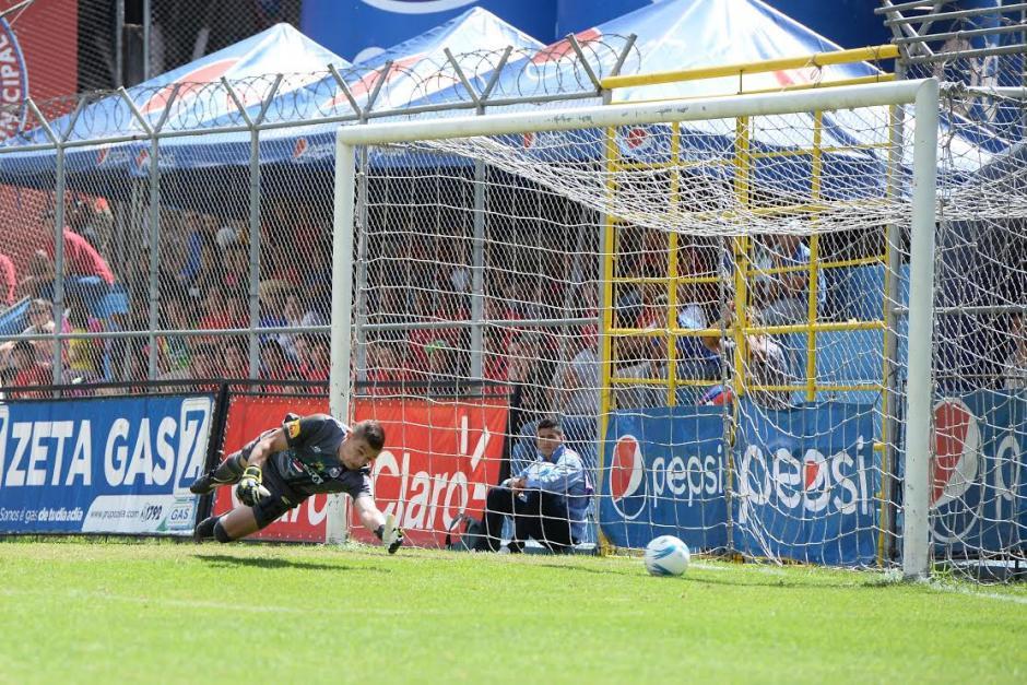 Christian Álvarez se estira pero nada puede hacer para detener el 2-0 de Guastatoya. (Foto: Sergio Muñoz/Nuestro Diario)