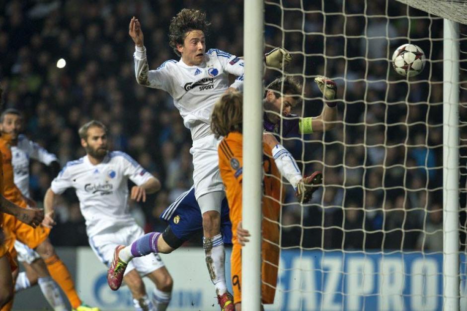Esta es la acción que generó el gol del Copenhague que fue anulado por la falta sobre Iker Casillas. (Foto: Scanpix Denmark/AFP)
