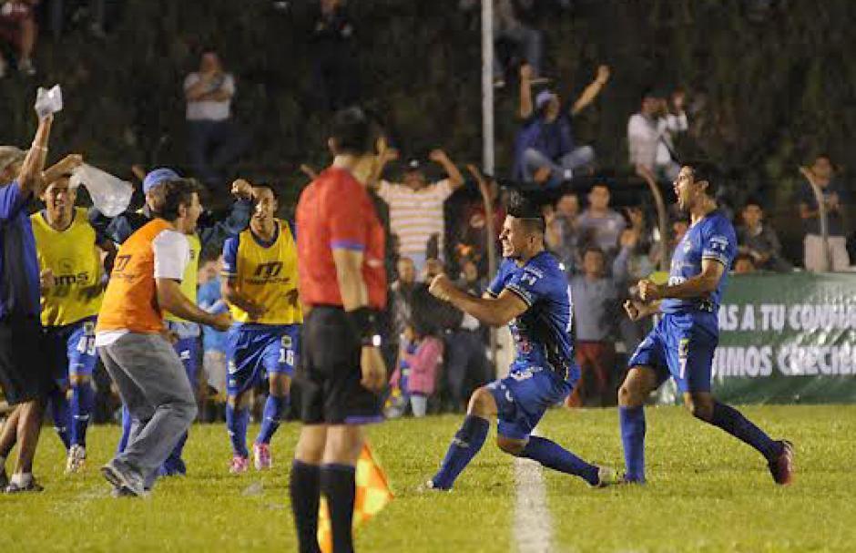 Fajardo celebró el gol del triunfo de Cobán con su entrenador, Fabricio Benítez. (Foto: Pedro Mijangos/Soy502)
