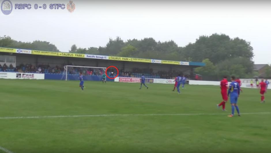 """El balón picó el césped y tras un """"sombrerito"""", entró al arco. (Imagen: captura de YouTube)"""