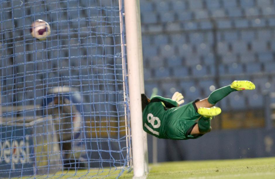 Noel Valladares no llega al remate de Luis Martínez para el tercer gol. (Foto: Luis Barrios/Soy502)