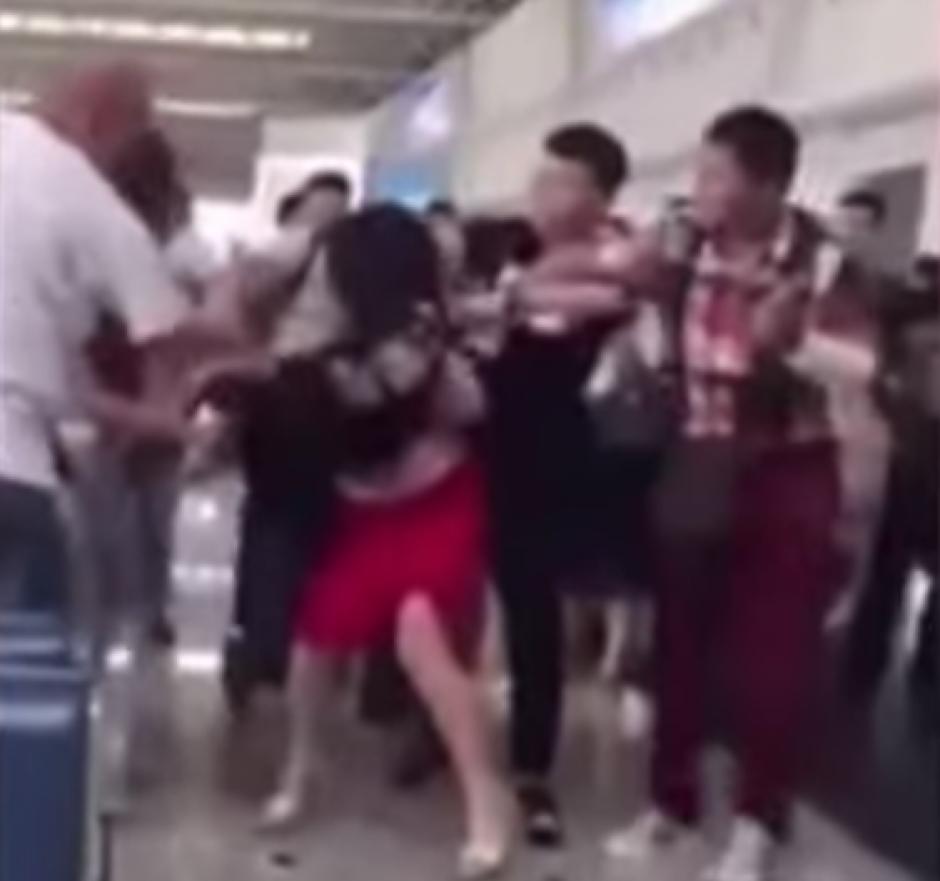 Una mujer atrapa a su esposo con la amante en un Aeropuerto en China. (Captura de pantalla: Trending Videos/YouTube)