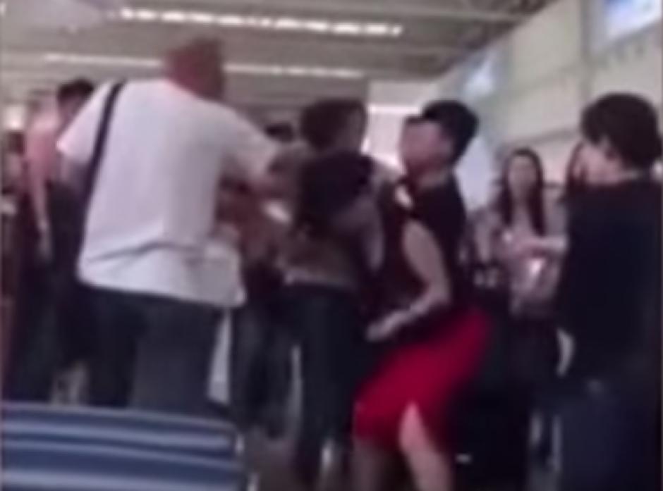 La esposa enojada golpeó a la mujer. (Captura de pantalla: Trending Videos/YouTube)