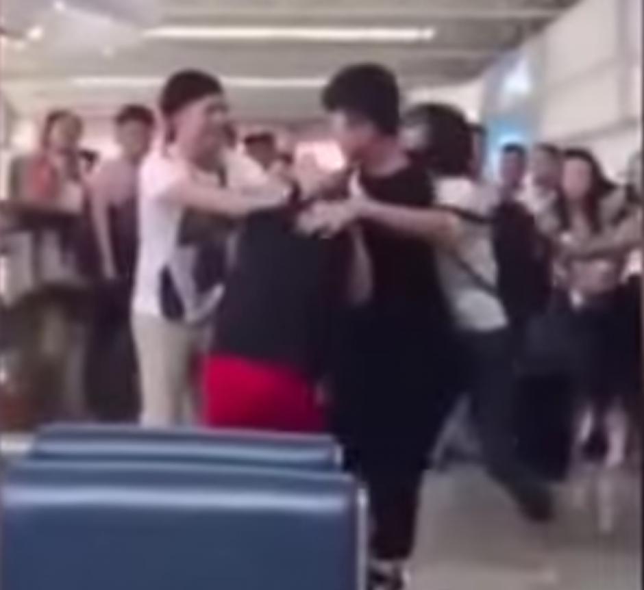 El aeropuerto detuvo sus actividades por la riña.(Captura de pantalla: Trending Videos/YouTube)