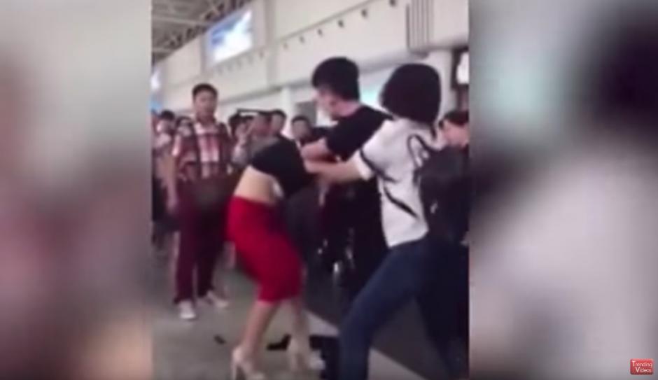 La mujer seguía de cerca los pasos de su esposo. (Captura de pantalla: Trending Videos/YouTube)