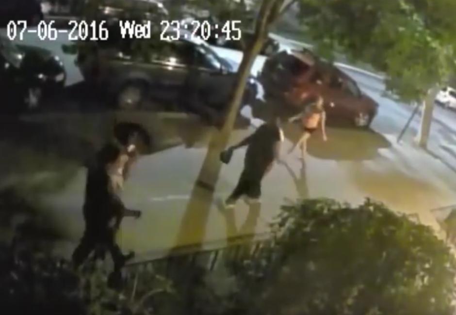 Uno de los hombres se le acerca y le da un golpe en la cara. (Captura de pantalla: Brooklyn Paper/YouTube)