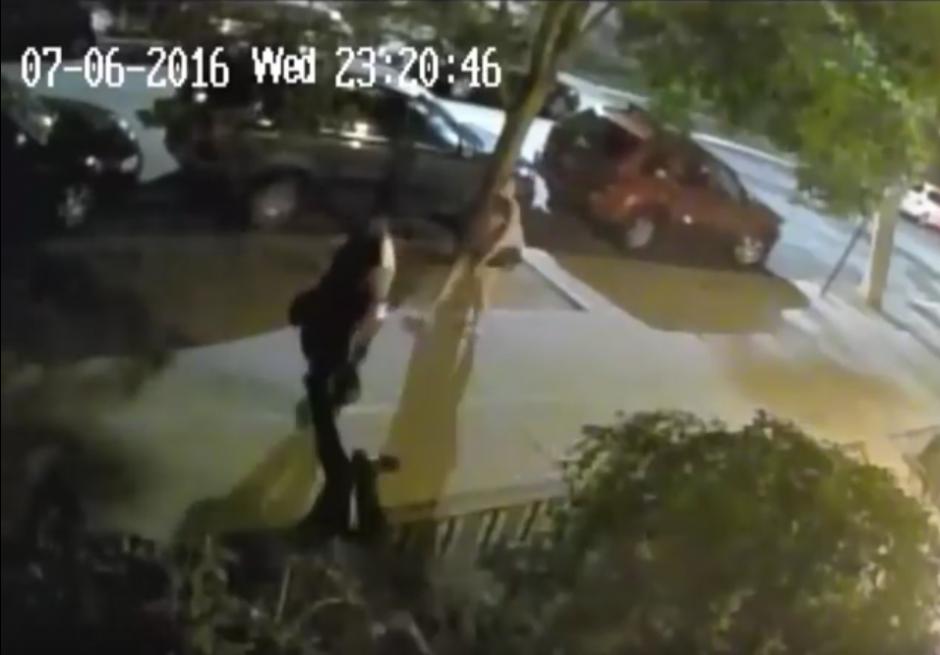 El hombre cae al suelo después de recibir el golpe. (Captura de pantalla: Brooklyn Paper/YouTube)