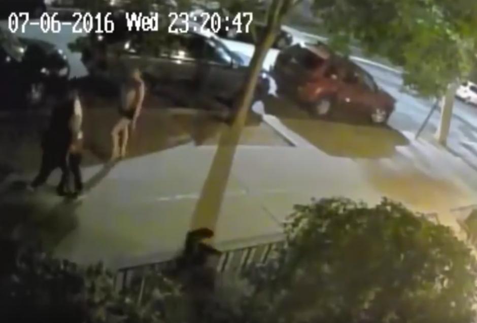 La policía busca a los responsables de la agresión. (Captura de pantalla: Brooklyn Paper/YouTube)