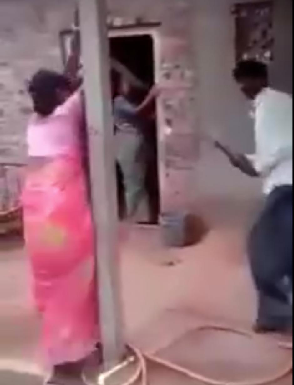 En el lugar se encuentran varias personas que son testigos de la golpiza. (Captura de pantalla: Kundan Srivastava/Facebook)
