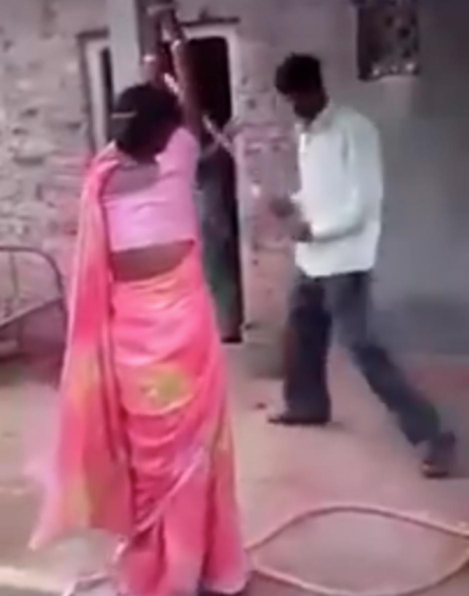 el hombre golpea brutalmente a la mujer. (Captura de pantalla: Kundan Srivastava/Facebook)