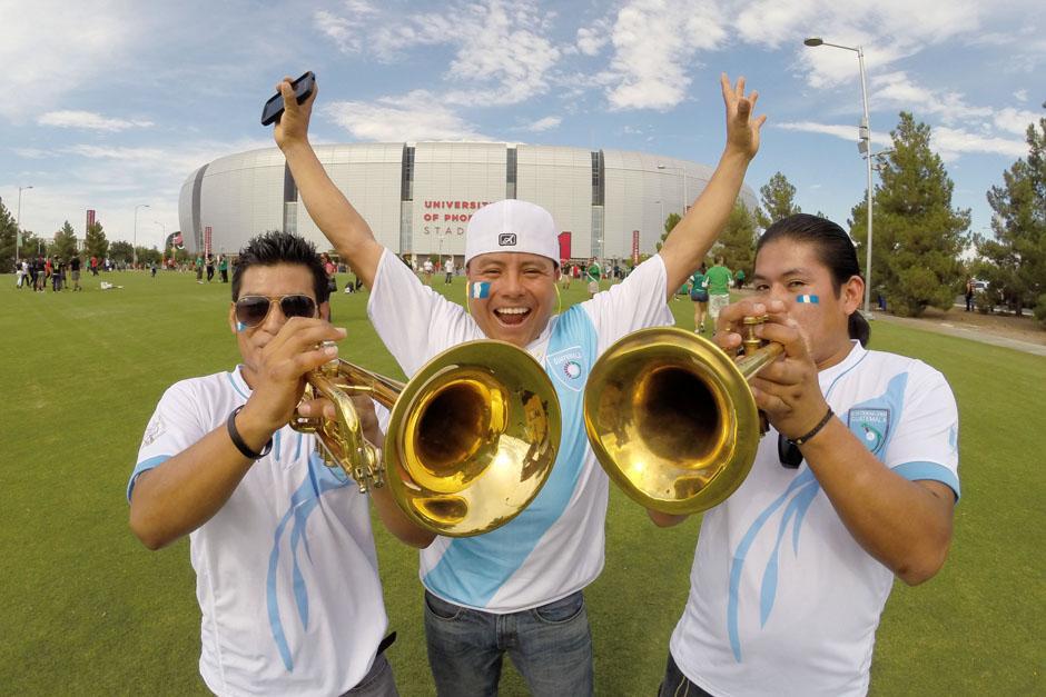 Guatemaltecos con trompetas antes de entrar al estadio para apoyar a la Azul y Blanco